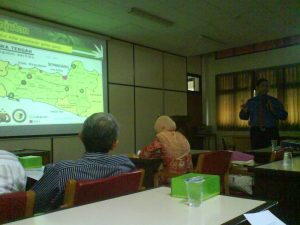 Bowo Nurcahyo sedang mempresentasikan hasil penelitiannya